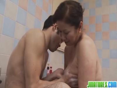 六十路熟女が風呂場で百戦錬磨のエロテクで昇天させてるおばさんの動画