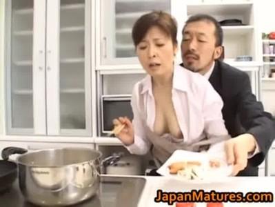 料理研究家の五十路おばさんが変態オヤジに邪魔をされるjyukujo動画