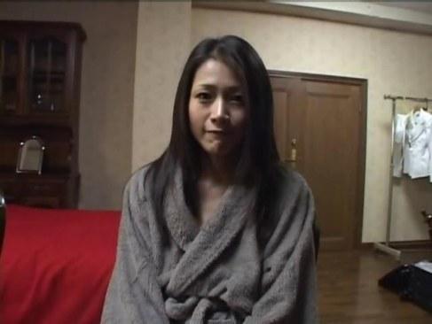 おばさん系AV女優の友田真希が濃厚セックスで妖艶に喘いでるオバチャンノ-パン