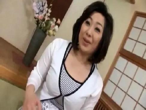 セレブ生活を送る50歳の巨乳おばはんが刺激を求めアダルトビデオに出演するjyukujo おばさん無料動画