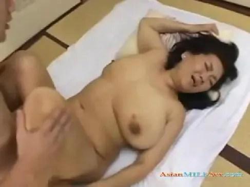 昭和のロマンポルノのような60歳の豊満完熟な熟女が母子相姦で痙攣絶頂してるおばさんの陰核