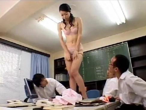 50歳の田舎の熟女教師が生徒達の前でストリップさせられおめこを激しいピストンされるおばさんの陰核写真無料