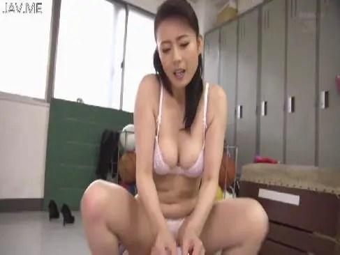 熟年女優の三浦恵理子がセクシー下着で激しい性交をしておめこと陰核の快感に喘ぐおばさんの動画新着