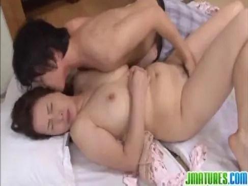 還暦のオメこの中を見たい娘の彼氏と激しいセックスしてる六十路熟女の日活映画60代動画 高浜