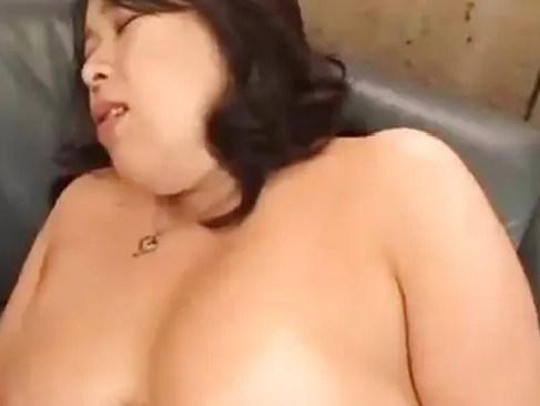 激ポチャな三十路熟女の電マで熟女のおまんこを責められ昇天したりオナニーやセックスなど満載のおばさん動画