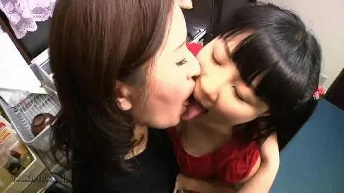 可愛い娘が豊満な母親にべろちゅーしまくり乳首やおまんこを舐めだすおばさんレズ動画