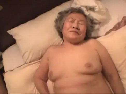 70代のしわしわなおばあちゃんとラブホテルでハメ撮りしちゃう無修正おばさん動画