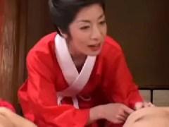スレンダー熟女の川奈まり子が男達を気持ち良くしていく無修正おばさん動画