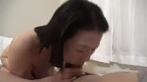 四十路の垂れ乳な熟女が二本のちんこを咥えて激しくフェラチオするおばさんの無修正動画