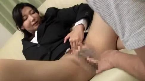 ノーパンの四十路熟女が契約を取る為過激に誘惑していく熟女セックス動画