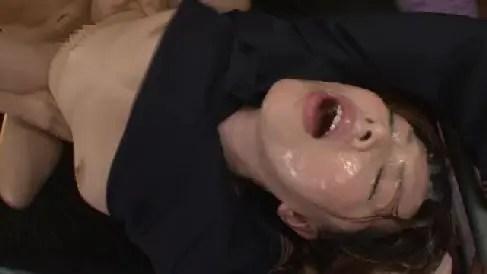 豊満な熟女のAV女優風間ゆみが顔射され精子まみれになりながら興奮していく熟女セックス動画