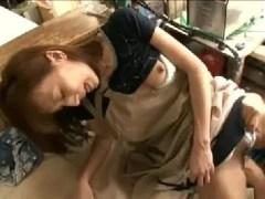 パートで働く美人な人妻が誰も居ない店内で男に襲われながら欲情して激しく悶える熟女セックス動画