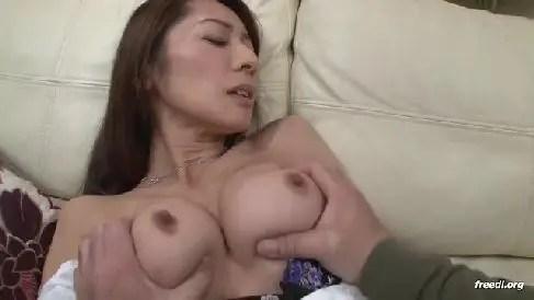 美熟女な生保レディーが男達をエロい体で誘惑し中出しさせて契約を取る熟年女性動画