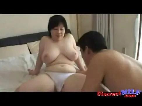 60歳からの動画週刊現代の初撮り企画でセックスで色白で豊満な身体が魅力的な60代の素人おばさんが喘ぐ熟女動画