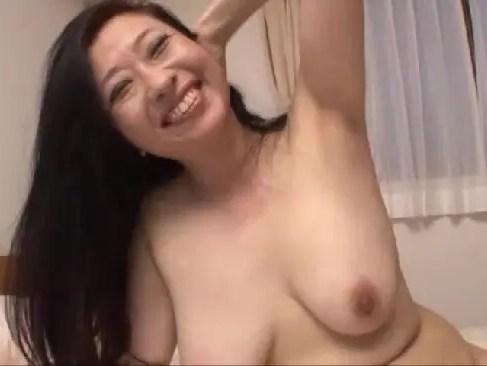 熟年夫婦になり性交が無くなって欲求不満な40代の巨乳熟女がアダルトビデオに出演するおばさん無料動画