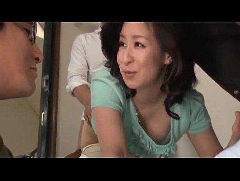 美尻な四十路熟女妻が夫と会話中に義息におまんこをハメられてる熟女性誌45歳ヘア