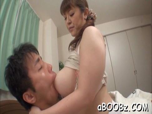 爆乳なおばさん体型の四十路熟女が男を虜にしてセックスをしてる日活 無料yu-tyubu