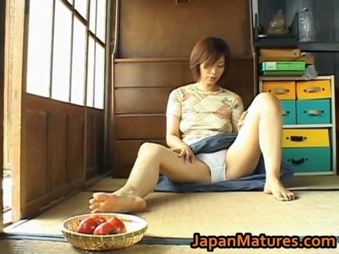 昭和の五十路熟女がおめこが疼き野菜を挿入して快感に悶える日活 無料yu-tyubu