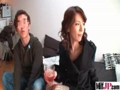 貧乳美熟女が童貞宅に突撃するおばさん動画