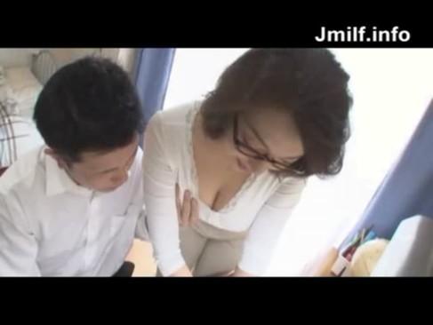 美爆乳美熟女母が息子の宿題を手伝っている最中にセクハラされちゃうおばさんの動画!最初はおっぱいを揉む程度だったのに最後には乳首舐めまで発展