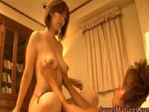 熟女系AV女優の翔田千里さんが汗だくになってセックス!揺れる巨乳なおっぱいとだらしのないお肉が堪らない