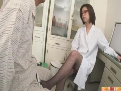 美熟女痴女医が患者をエロ治療!足コキや手コキで寸止めしておまんこに中出しさせてるjyukujo動画