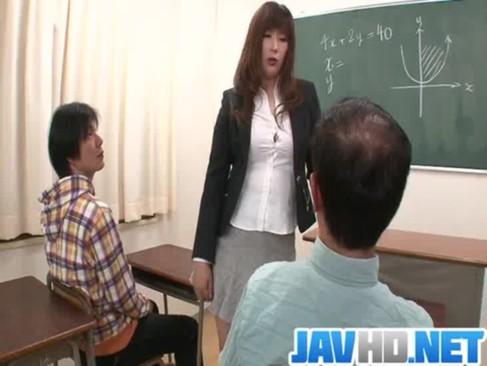 高身長な妖艶熟年女教師が放課後の教室で生徒達を痴女攻め!淫語を連発しながらチンポを弄る完熟動画