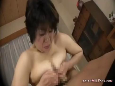 50代半ばの巨乳おばさんのjyukujo無料モザナシ!一生懸命パイズリをしてから生でおまんこに挿入してる豊満50代無料動画