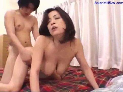 溢れ出る色気と豊満な身体が抜ける50歳の美熟女が激しい性交でまんこを濡らしてるおばさんを興奮させてどうするの動画