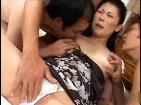 還暦の高齢者の乱交でおまんこを濡らしアダルトなセックスで生出しするjyukujo60歳