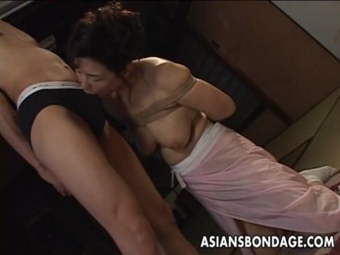還暦女優の里中亜矢子が緊縛プレイ!60代とは思えない美貌と巨乳孰ボディが堪らないおばさんの動画