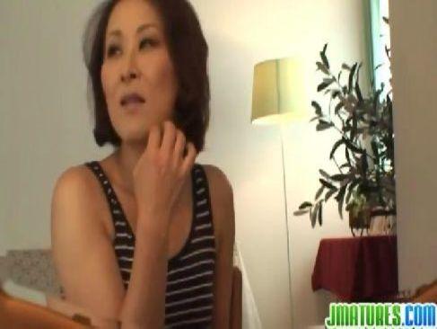 60歳の還暦記念にポルノ女優になった垂れ乳老女がセックス撮影でおめこを濡らすjyukujo おばさん無料動画