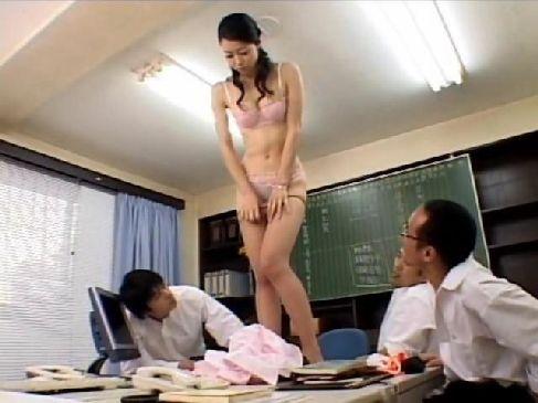 同僚や生徒達の前でストリップをさせられる40代の美熟女教師の日活ロマン無料おばさん動画