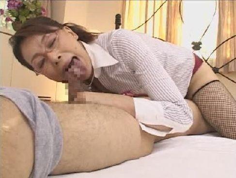 メガネをかけた知的な六十路熟女がM男の乳首やチンポを舐めまくるjyukujyokurabu.5