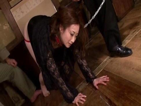 民家で首輪を付けられ調教される喪服姿の熟女人妻の熟年の夜/30