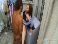 ベランダで隣人とこっそり性交する四十路豊満おばさんがエッチな日活 無料yu-tyubu 昭和