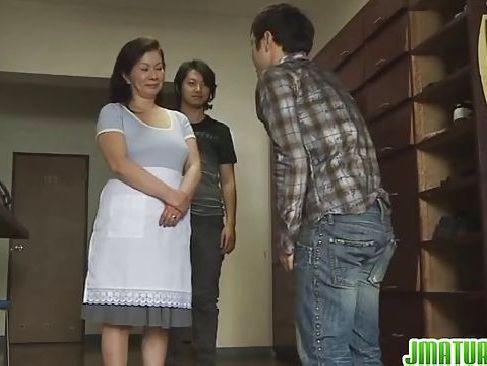 還暦女性の寮のおばちゃんが学生の若い男と濃厚なセックスしちゃうzyukuzyodvd