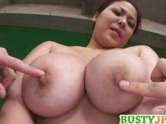 四十路熟女の爆にゅうおばさんの乳首を必要に攻め揉みまくる爆にゅう動画yu-tyubu おばさん