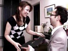 旦那が居ない時間に他の男に調教された四十路熟女が玄関で業者をオナニーでお出迎え誘惑しちゃうオバチャンノ-パン動画