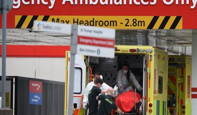pasien COVID-19 yang dimasukkan ke ambulans