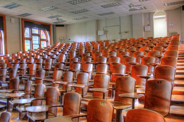 Osoby studiujące w trybie zaocznym nie uczestniczyły w wykładach i ćwiczeniach, lecz uczyły się w domu samodzielnie.