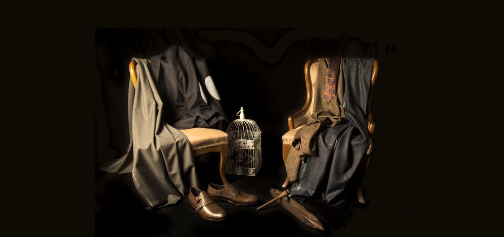 Eleganckie ubrania rozwieszone na krzesłach