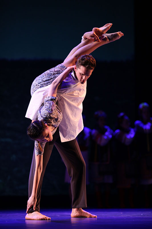 College+junior+Christopher+McLauchlan+lifts+College+sophomore+Rachel+Nesnevich+during+%E2%80%9CNow+We+Are+Here%2C%E2%80%9D+choreographed+by+Professor+of+Dance+Nusha+Martynuk.+%E2%80%9CNow+We+Are+Here%E2%80%9D+was+featured+as+part+of+last+Friday+and+Saturday%E2%80%99s+Oberlin+Dance+Company+showcase%2C+%27Other+Worlds.%27