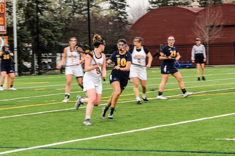 Sophomore+Hayley+Drapkin+looks+to+make+a+pass+in+Oberlin%E2%80%99s+14%E2%80%933+win+against+Allegheny+College+Tuesday.+The+Yeowomen+are+currently+9%E2%80%931+overall+and+3%E2%80%931+in+conference+play.