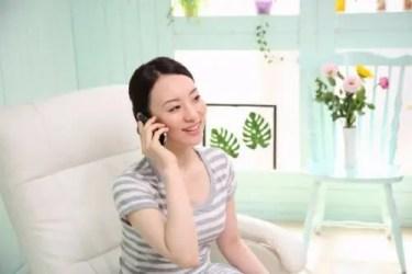 不用品回収について電話で問い合わせをする大阪在住の女性