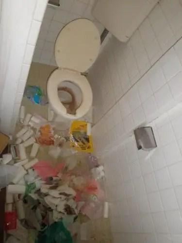 大阪市中央区のゴミ屋敷内のトイレ