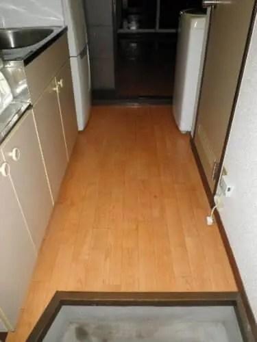 八尾市のゴミ屋敷の床に液体化した汚れ・悪臭を清掃除去 片付け業者のトリプルエス