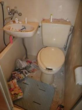 トイレなどの水回りが散らかる大阪市西区のワンルーム