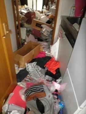 廊下部分にゴミや不用品が積み上げられた東大阪のワンルーム
