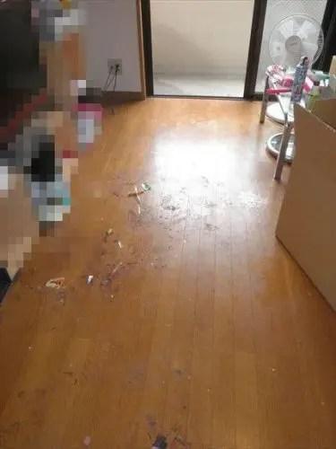 片付いたリビングの残る頑固な床面の汚れ